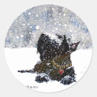Escocés en la nieve pegatina redonda