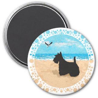 Escocés en la playa con la gaviota imán redondo 7 cm