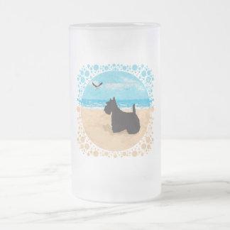 Escocés en la playa con la gaviota jarra de cerveza esmerilada