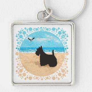 Escocés en la playa con la gaviota llavero cuadrado plateado