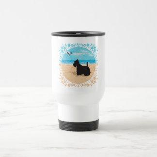 Escocés en la playa con la gaviota tazas de café