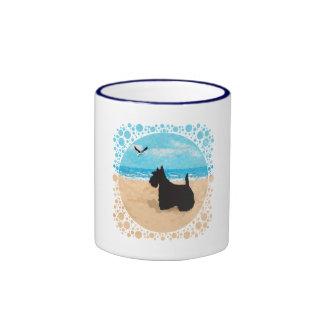 Escocés en la playa con la gaviota taza de dos colores