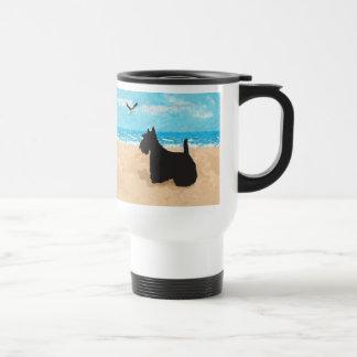 Escocés en la playa con la gaviota taza de viaje
