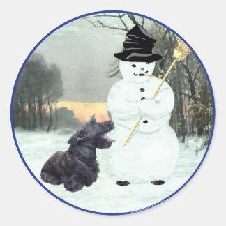 Escocés feliz Terrier y muñeco de nieve Pegatina Redonda