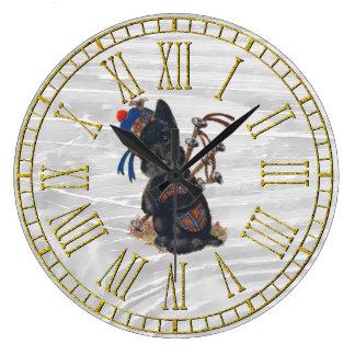 Escocés lindo que toca las gaitas reloj redondo grande