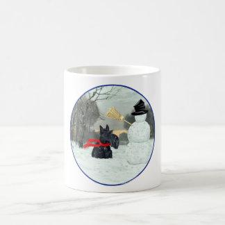 Escocés Terrier y muñeco de nieve Taza Clásica
