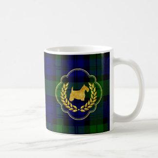 Escocés y guirnalda del oro en la tela escocesa taza