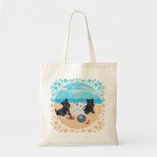 Escocés y perritos de Westie en la playa Bolsa De Mano