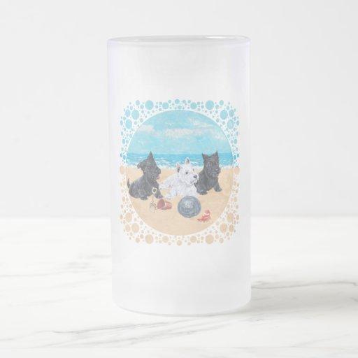Escocés y perritos de Westie en la playa Jarra De Cerveza Esmerilada
