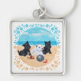 Escocés y perritos de Westie en la playa Llavero Cuadrado Plateado
