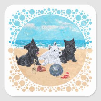 Escocés y perritos de Westie en la playa Pegatina Cuadradas Personalizada