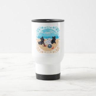 Escocés y perritos de Westie en la playa Tazas De Café