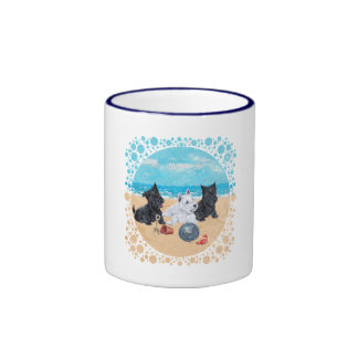 Escocés y perritos de Westie en la playa Tazas