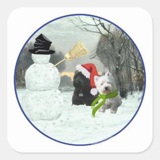 Escocés y Westie con el muñeco de nieve Pegatina Cuadrada