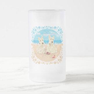 Escoceses de trigo en la playa taza de café
