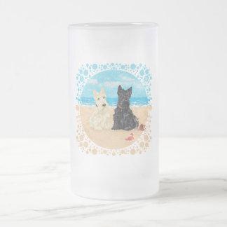 Escoceses de trigo y negros en la playa taza de cristal