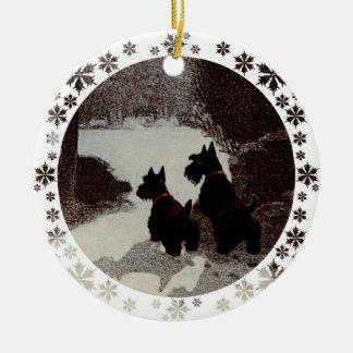 Escoceses en noche surrealista del invierno adorno redondo de cerámica