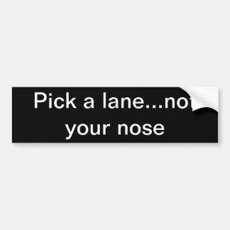 Escoja un carril… no su nariz etiqueta de parachoque