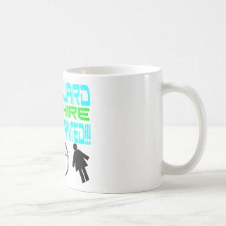 Escolta de sexo masculino taza de café