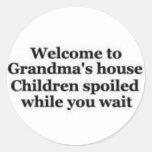 Escombros de la abuela mientras que usted espera etiqueta redonda