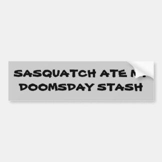 Escondite de Sasquatch/del día del juicio final Pegatina De Parachoque