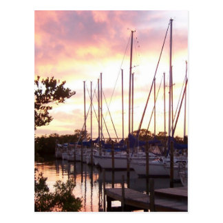 Escondite del velero en la puesta del sol tarjetas postales