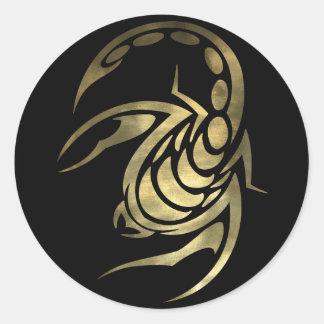 Escorpión del escorpión del oro pegatina redonda