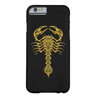 Escorpión tribal amarillo en negro funda para iPhone 6 barely there