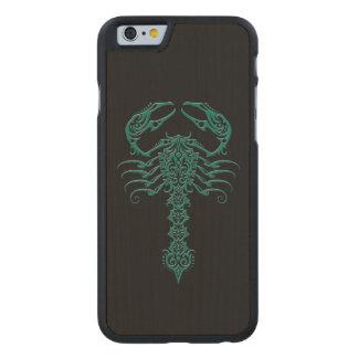 Escorpión tribal azul del trullo en negro funda de iPhone 6 carved® slim de arce