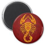 Escorpión tribal rojo de oro complejo imán redondo 5 cm