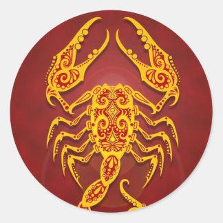 Escorpión tribal rojo de oro complejo pegatina redonda