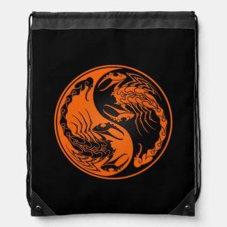 Escorpiones anaranjados y negros de Yin Yang Mochila