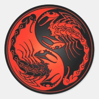 Escorpiones rojos y negros de Yin Yang Etiqueta Redonda