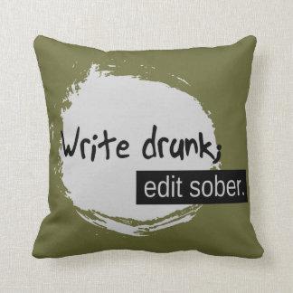 Escriba borracho; Corrija sobrio Cojín Decorativo