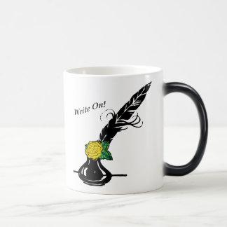Escriba en la manija del negro de la taza del rosa