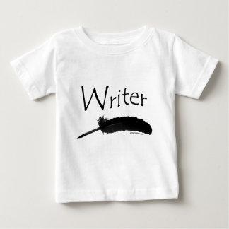 Escritor con la pluma de canilla remera