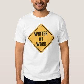 Escritor en la muestra de trabajo de la precaución camisas