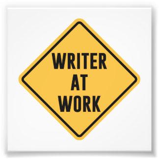 Escritor en la muestra de trabajo de la precaución cojinete