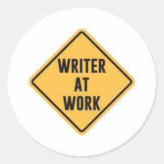 Escritor en la muestra de trabajo de la precaución pegatina redonda