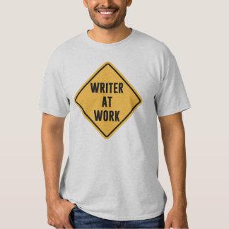Escritor en la muestra de trabajo de la precaución playera