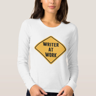 Escritor en la muestra de trabajo de la precaución playeras