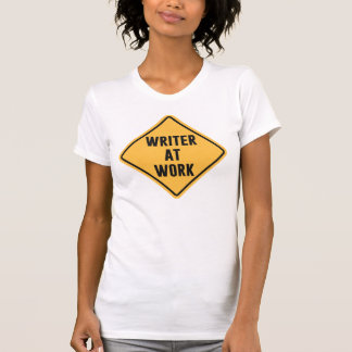Escritor en la muestra de trabajo de la precaución poleras