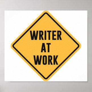 Escritor en la muestra de trabajo de la precaución póster