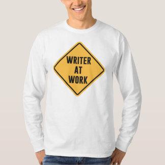 Escritor en la muestra de trabajo de la precaución remeras