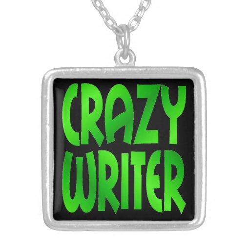 Escritor loco en verde collar plateado