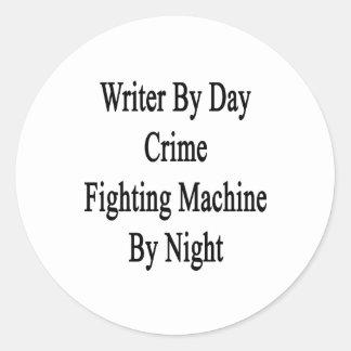 Escritor por la máquina que lucha del crimen del pegatina redonda