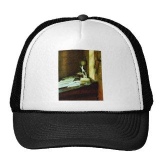 Escritorio con la canilla y los papeles gorras de camionero