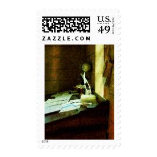 Escritorio con la canilla y los papeles sellos