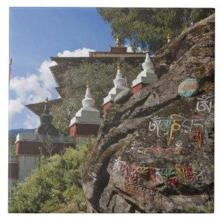 Escritura butanesa en rocas y chortens nepaleses azulejo cuadrado grande
