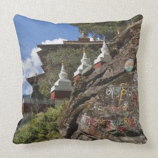Escritura butanesa en rocas y chortens nepaleses cojín